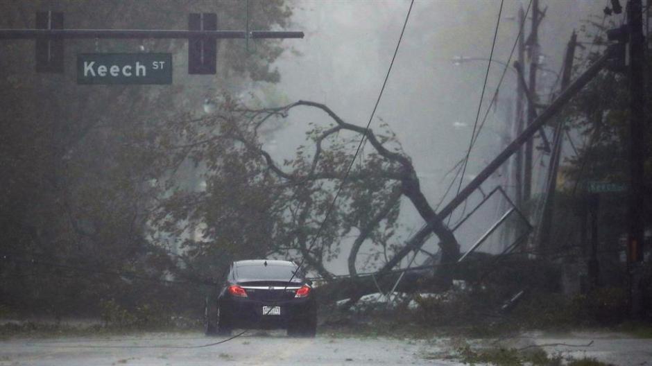 Los fuertes vientos derribaron una indeterminada cantidad de árboles que bloquearon diferentes rutas. (Foto: lanacion.com.ar)