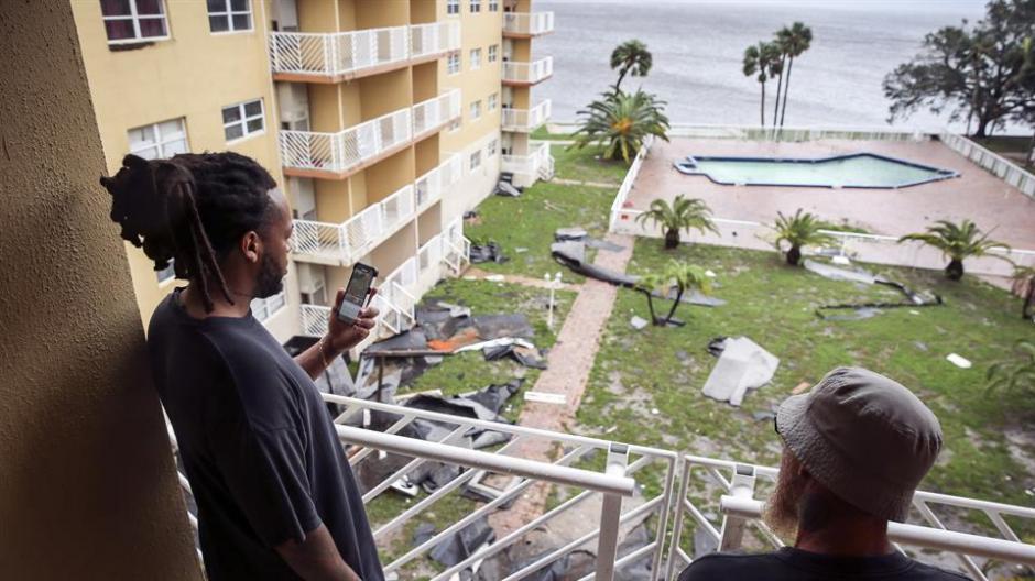 Estos residentes de Titusville en Florida, observan los destrozos ocasionados por el huracán. (Foto: lanacion.com.ar)