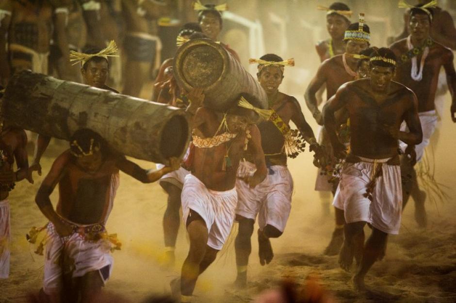 Más de 1,500 indígenas de 49 grupos étnicos de Brasil y de otros 17 países se reúnen en Cuiaba, para competir en 30 disciplinas deportivas de los XII Juegos de la Gente, realizados en el estado de Mato Grosso, Brasil. (Christophe Simon/AFP)