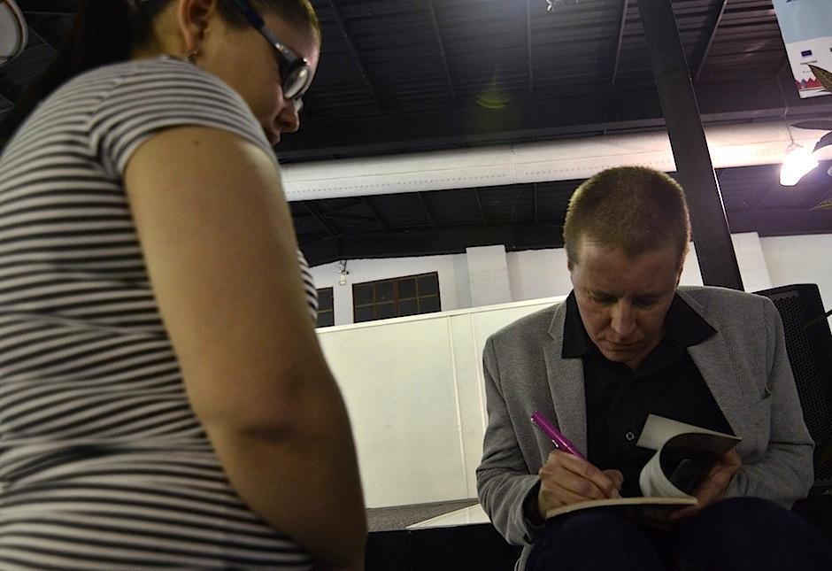 Sus lectores le pidieron algunas firmas de sus libros. (Foto: Selene Mejía/Soy502)