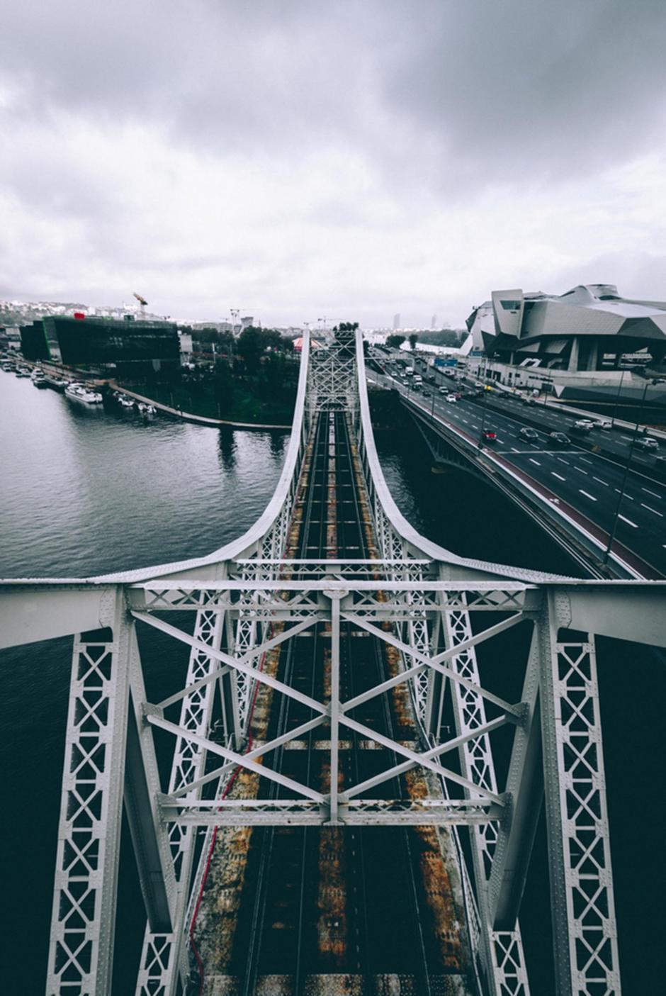 Murió al perder el equilibrio desde lo alto de un puente. (Foto: infobae.com)