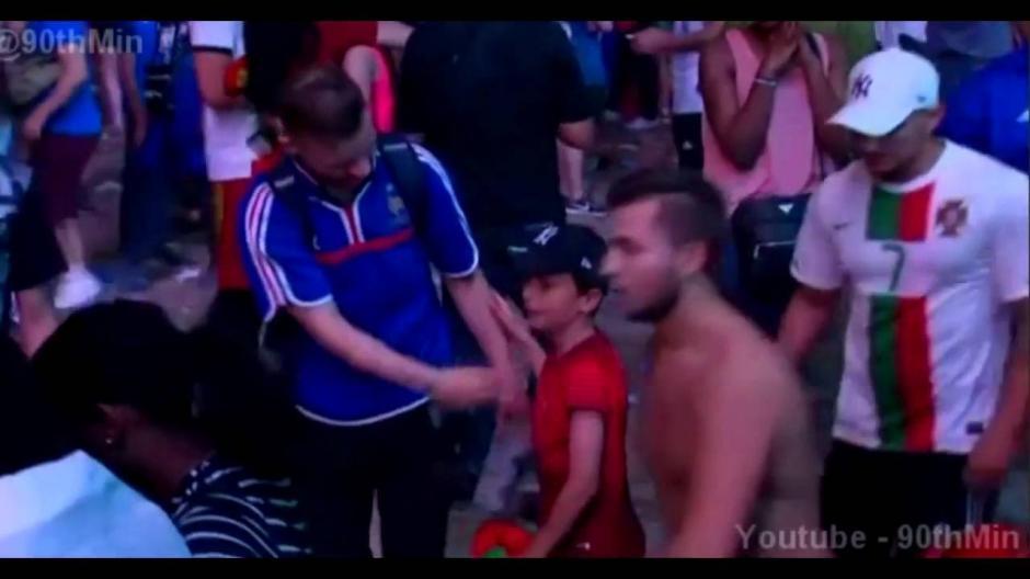El pequeño consoló a un aficionado francés tras la final de la Euro. (Imagen: YouTube)