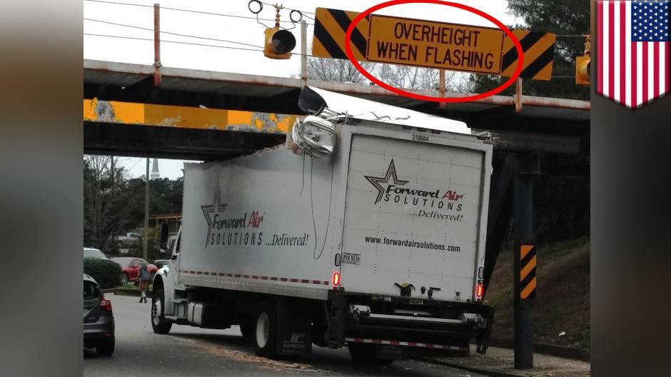 """Estos conductores sufrieron con el """"puente devora camiones"""". (Foto: Twitter)"""