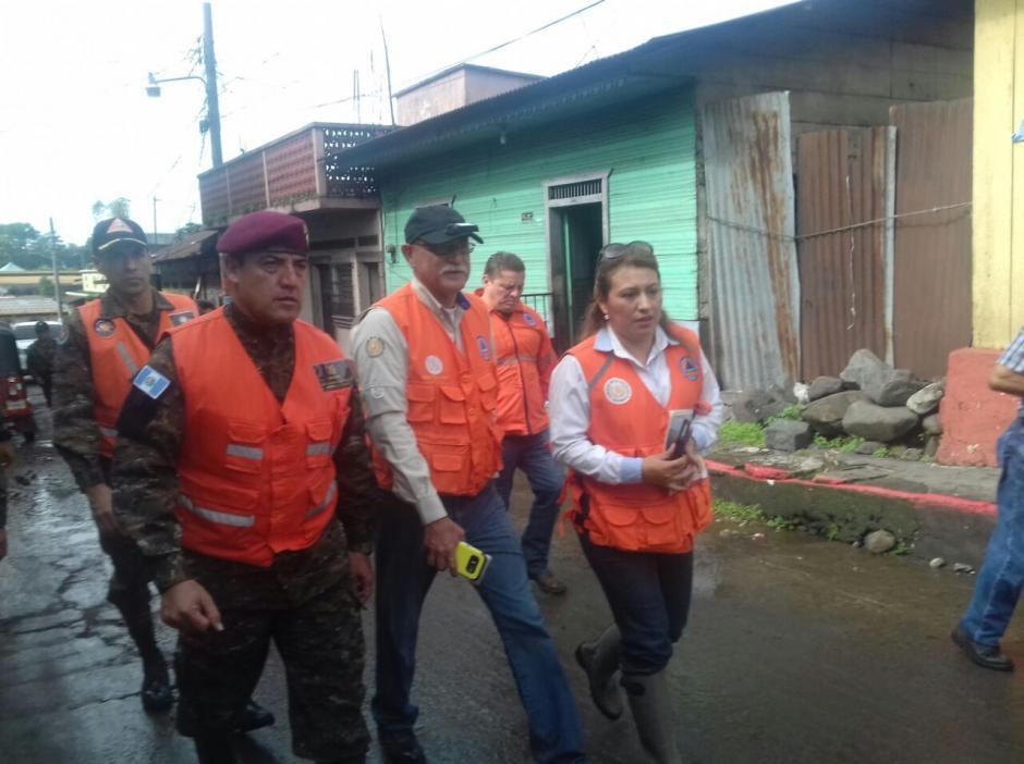 Miembros de la Conred verifican los daños para realizar acciones. (Foto: Conred)