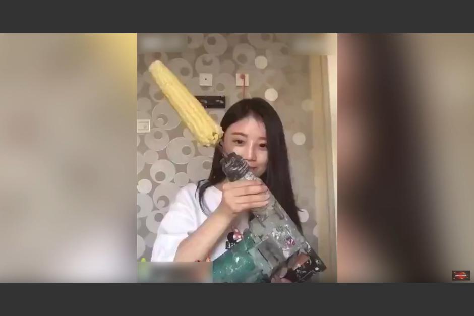 Una joven china aceptar un reto viral. (Foto: worldnews RegularTv/YouTube)