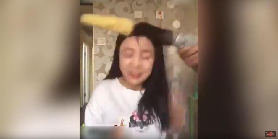 En cuestión de segundos le arranca el cabello del cuero cabelludo. (Foto: worldnews RegularTv/YouTube)