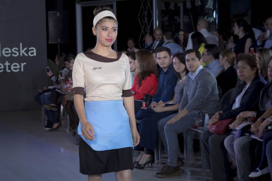 El público aplaudió constantemente el diseño de los jóvenes. (Foto: Eddie Lara/Soy502)