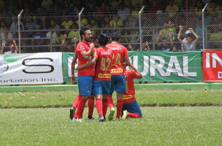 Así celebraron los rojos el gol de José Longo. (Foto: Nuestro Diario)