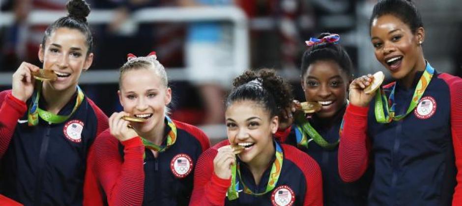 Los atletas posan para las fotografías mordiendo las medallas. (Foto: www.superdeporte.es)