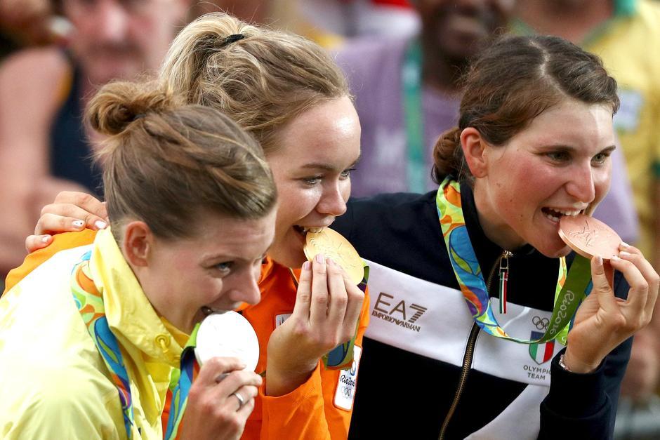 Los atletas olímpicos muerden las medallas para poner a prueba la pureza del oro. (Foto: www.mundotkm.com)