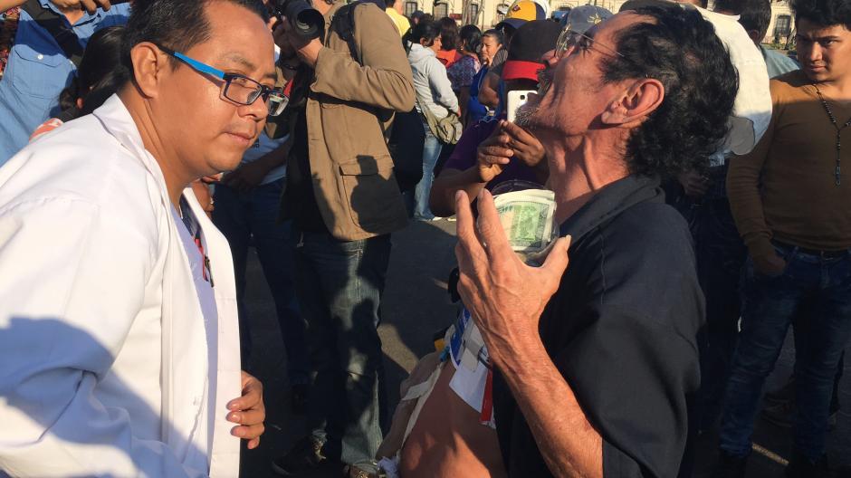 """El enfermo le dijo al galeno: """"Dios lo bendiga"""". (Foto: Luis Barrios/Soy502)"""