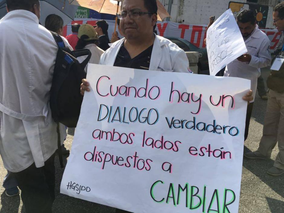 Los médicos con pancartas en mano piden diálogo verdadero. (Foto: Luis Barrios/Soy502)