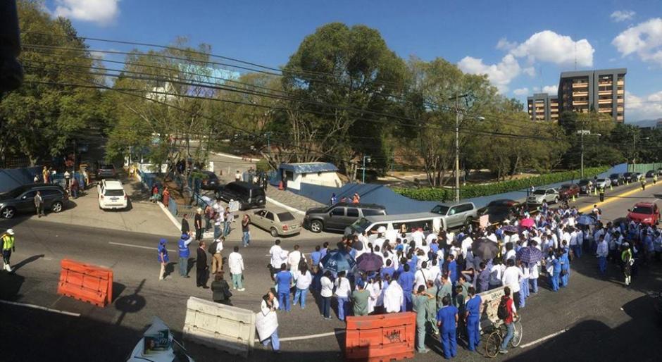Médicos residentes manifestaron en las afueras del Centro Cultural Miguel Ángel Asturias. (Foto: Diego Galiano/Nuestro Diario)