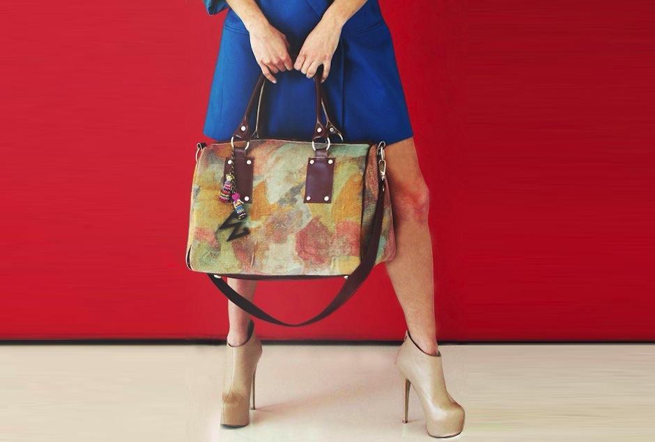 Los bolsos tienen detalles en cuero y tela con tonos suaves, en amarillo y rosa. (Foto: Médium oficial)