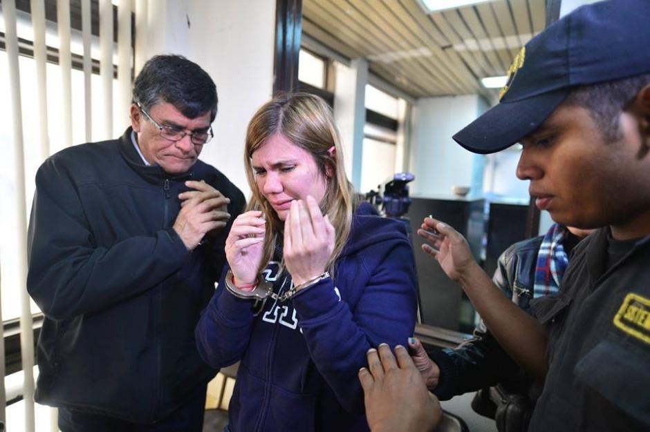 Victoria Osorio rompió en llanto al conocer la resolución. (Foto Wilder López/Soy502)