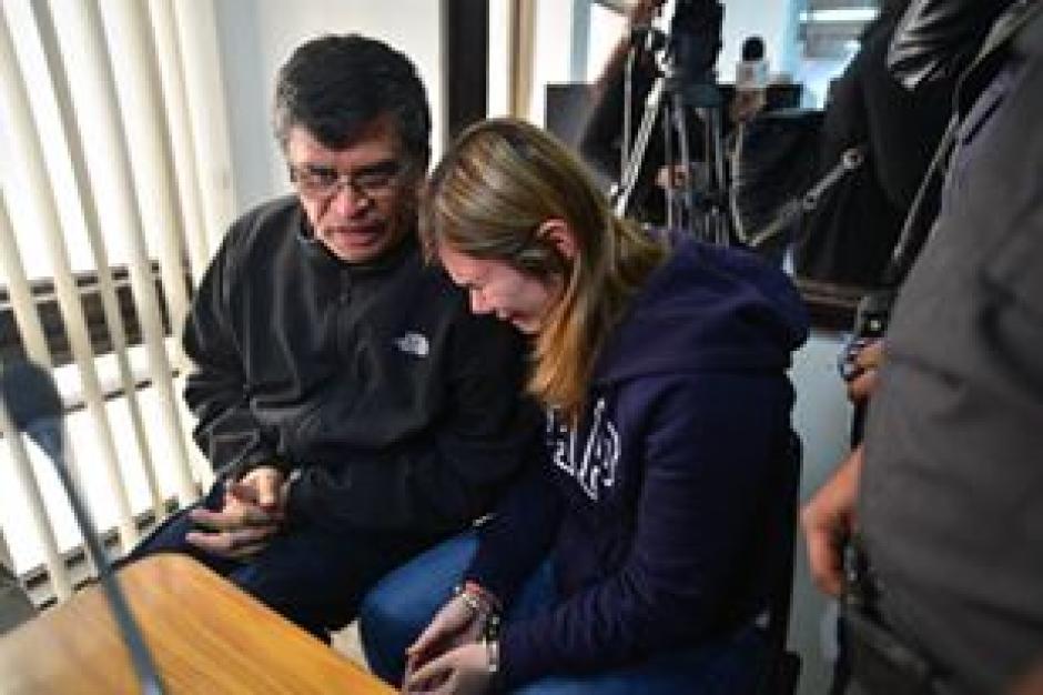 El exalacalde Medrano, consoló a la joven luego que ambos fueran enviados a prisión. (Foto Wilder López/Soy502)