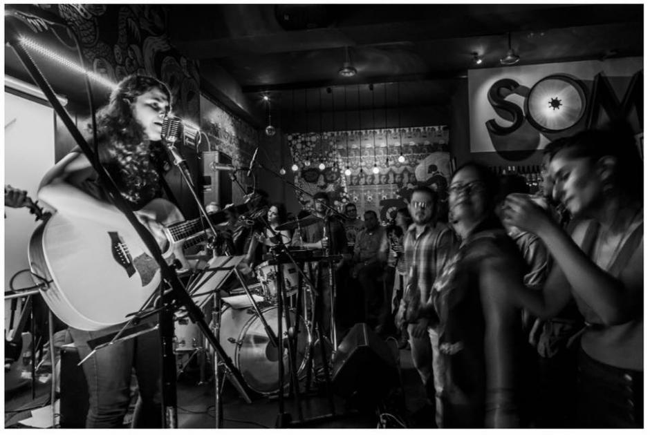 "La cantautora Mercedes Escobar interpretó ""La Llorona"" junto a un músico muy especial. (Foto: El Atico Bar)"