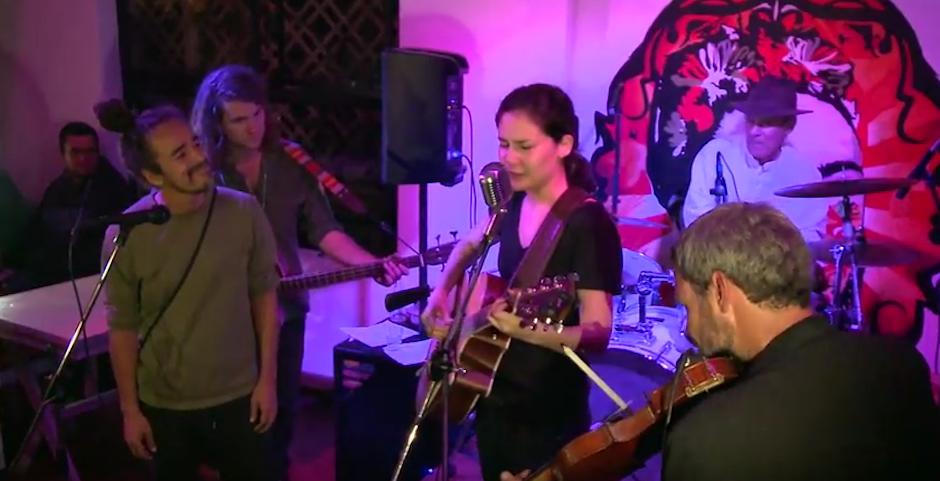 Su voz se unió a la de Rubén Albarrán, vocalista de Café Tacvba. (Foto: Youtube/Gt Cultura)
