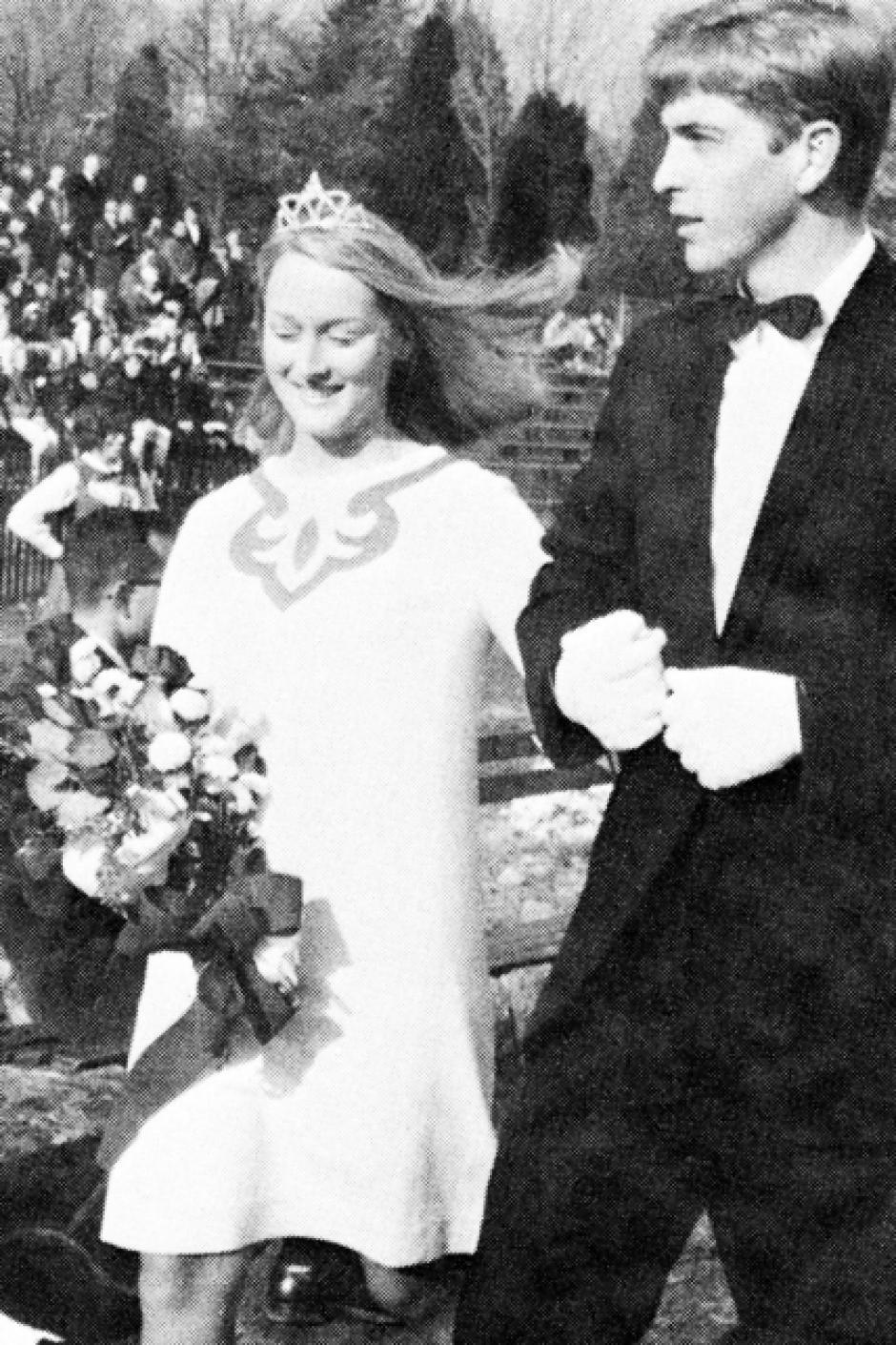 Meryl Streep lleva un vestido abajo de la rodilla y una tiara en la cabeza. (Foto: El País)