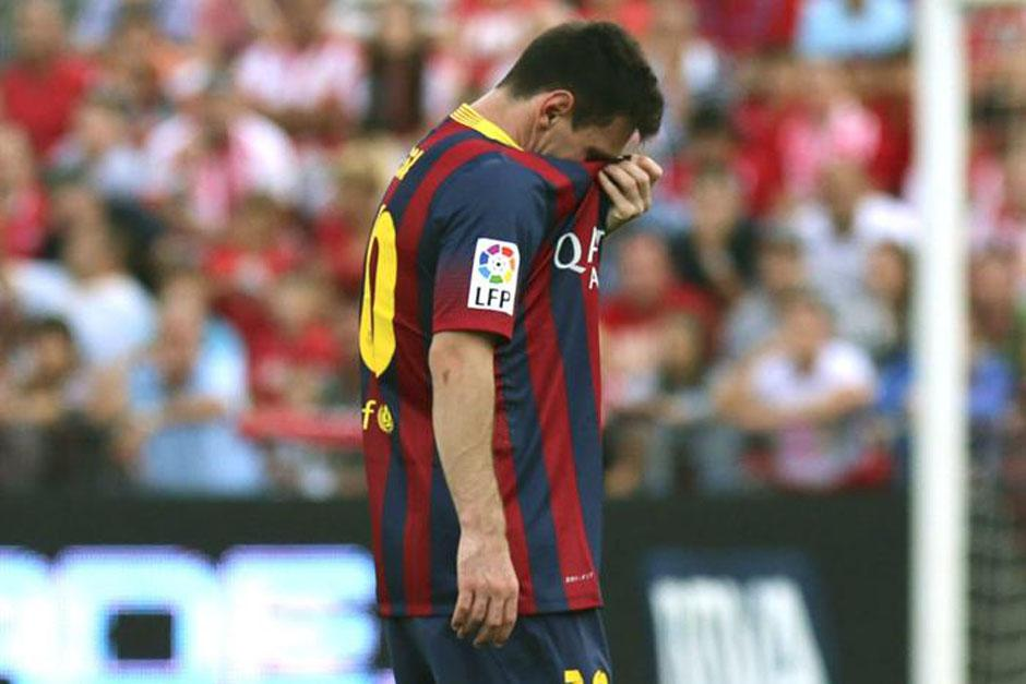 Messi se cubre la cara lamentando su nueva lesión.