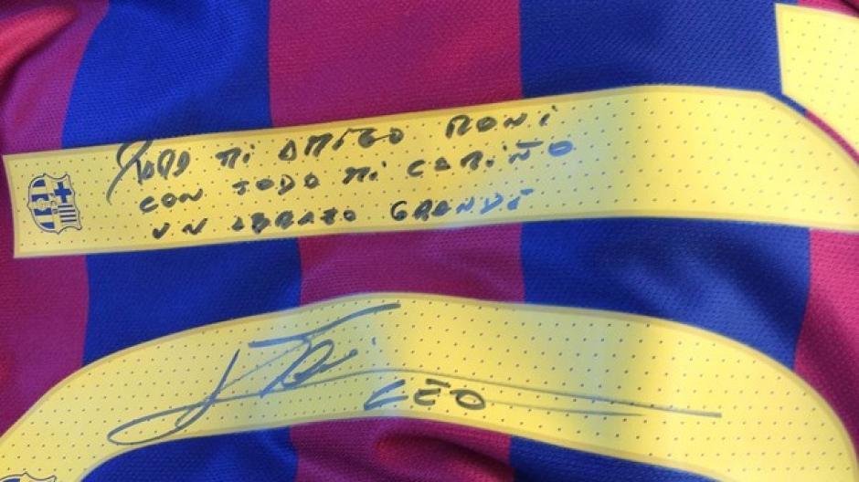 Este es el mensaje que Messi le dedicó a Ronaldinho en la camiseta que le regaló en las vísperas de navidad. (Foto: FC Barcelona)