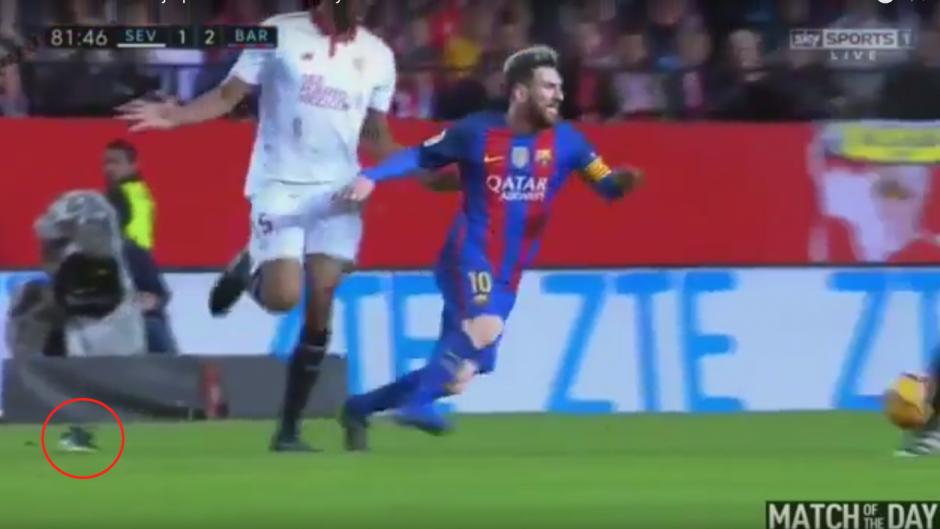 Messi recibió una falta que le hizo perder el zapato, el cual también terminó roto. (Imagen: captura de YouTube)