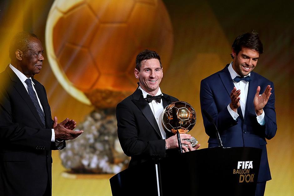 """Messi agradeció al fútbol por darle """"todo en la vida"""", tras recibir de manos de Kaká, el Balón de Oro 2015. (Foto: Getty)"""