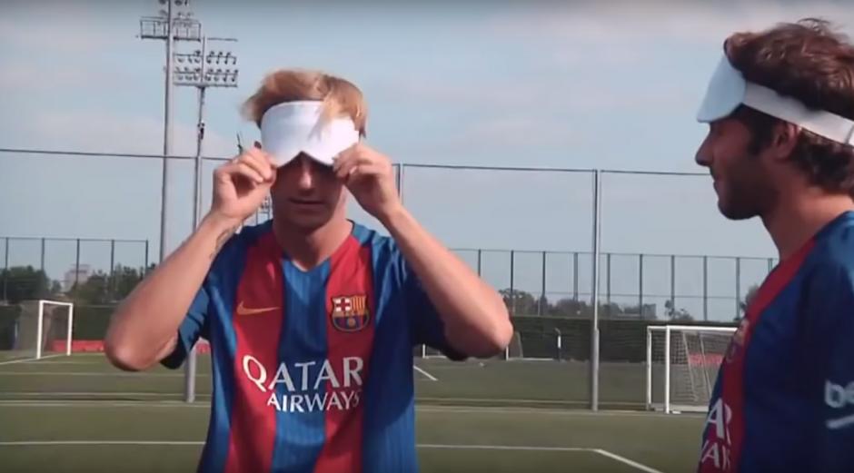Ivan Rakitic cubre sus ojos previo a tirar un penal. (Imagen: captura de YouTube)