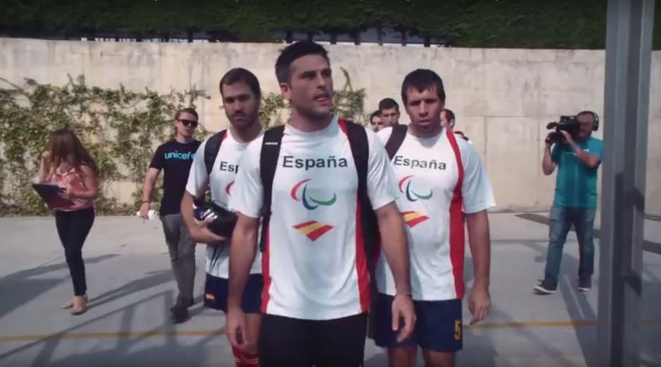 Cinco integrantes de la selección paralímpica de fútbol de España participaron en el breve encuentro. (Imagen: captura de YouTube)