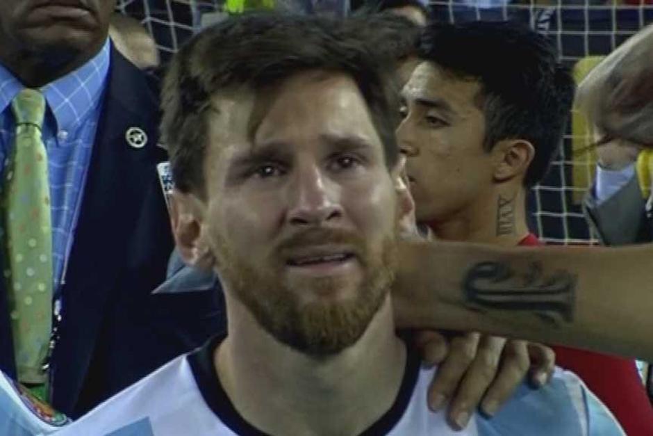 Messi lloró desconsolado al finalizar el partido, pues fue el primero de los argentinos en fallar un penal clave. (Foto: Agencias)