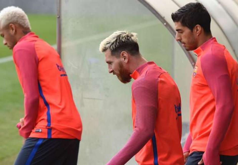 Messi, Neymar y Suárez recibieron un baile del resto de sus compañeros en el entrenamiento. (Foto: Goal.com)