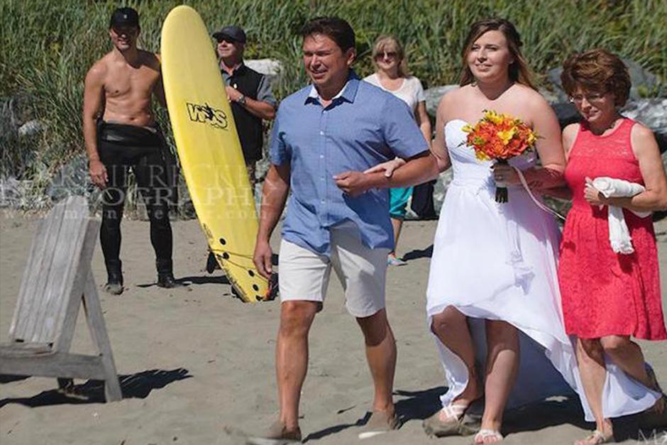 El político canadiense llamó la atención en la foto de bodas de una pareja que se casó en la playa. (Foto: Marnie Recker)