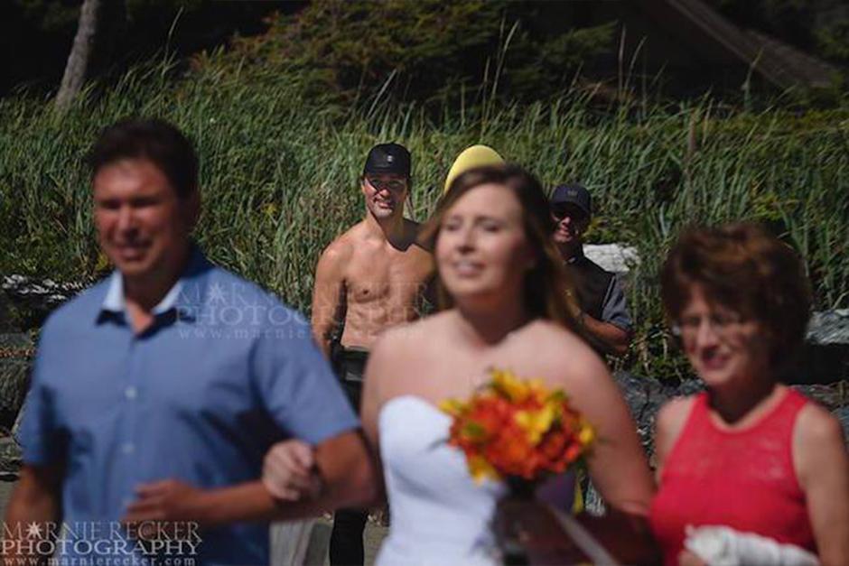 Muy sonriente y sin camisa fue captado Justin Trudeau. (Foto: Marnie Recker)