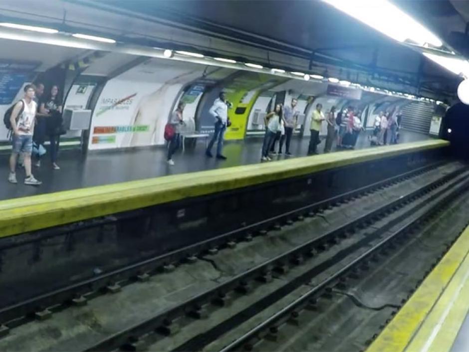 El extraño suceso se registró en una estación de metro en España. (Foto: Excelsior)