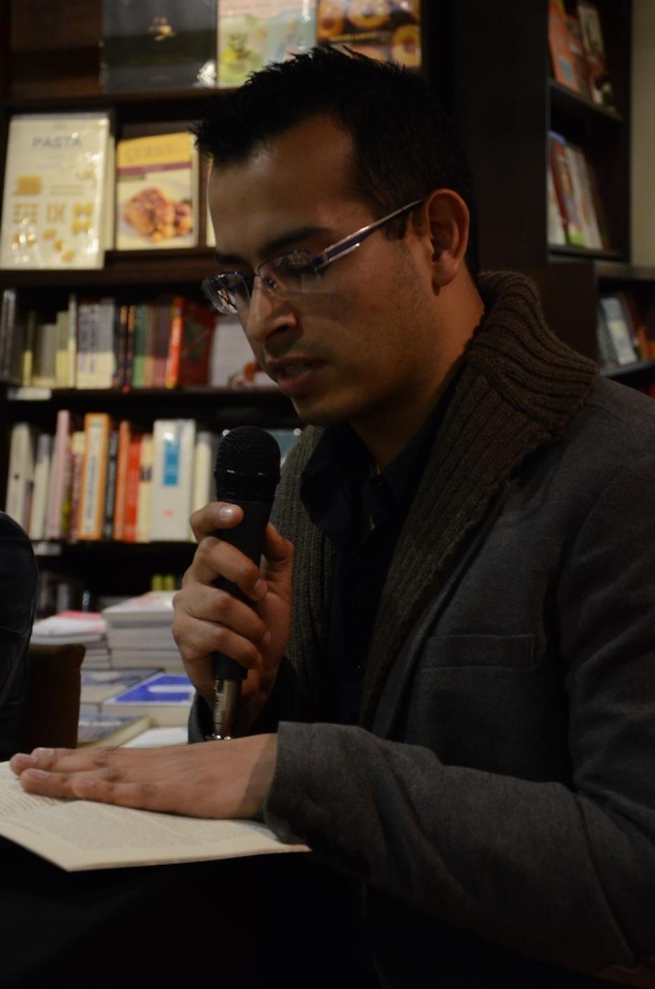 Carlos leyó su parte favorita de la historia. (Foto: Selene Mejía/Soy502)