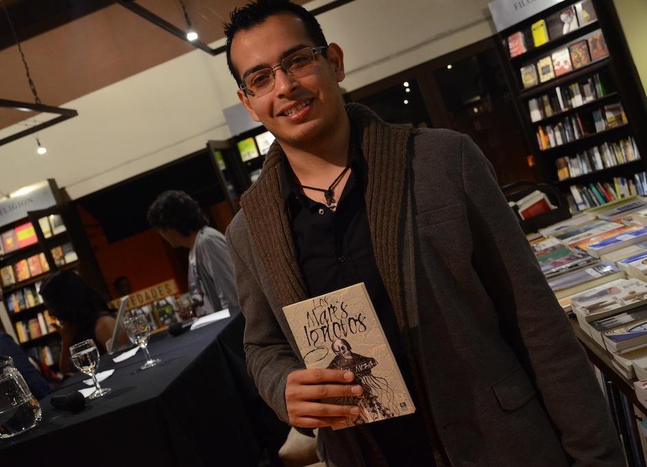 """El escritor y músico guatemalteco Carlos Meza presnetó """"Los Mares Ignotos"""". (Foto: Selene Mejía/Soy502)"""