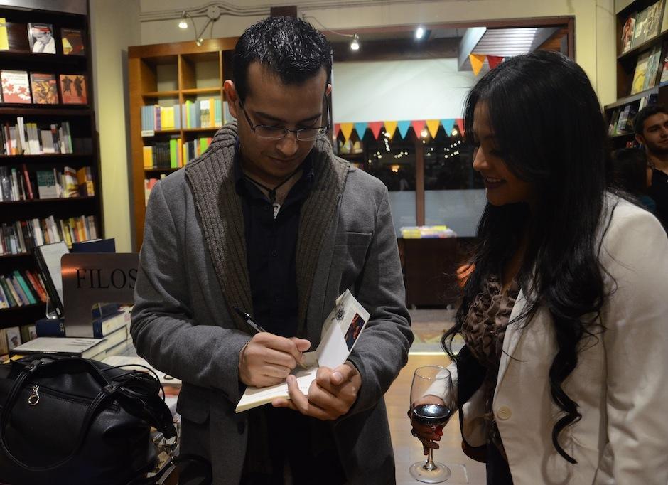 Los seguidores del trabajo del músico y escritor solicitaron firmas en sus libros. (Foto: Selene Mejía/Soy502)