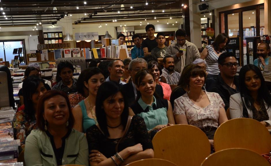 Los asistentes esperaron al escritor para solicitar una firma del autor en su edición. (Foto: Selene Mejía/Soy502)