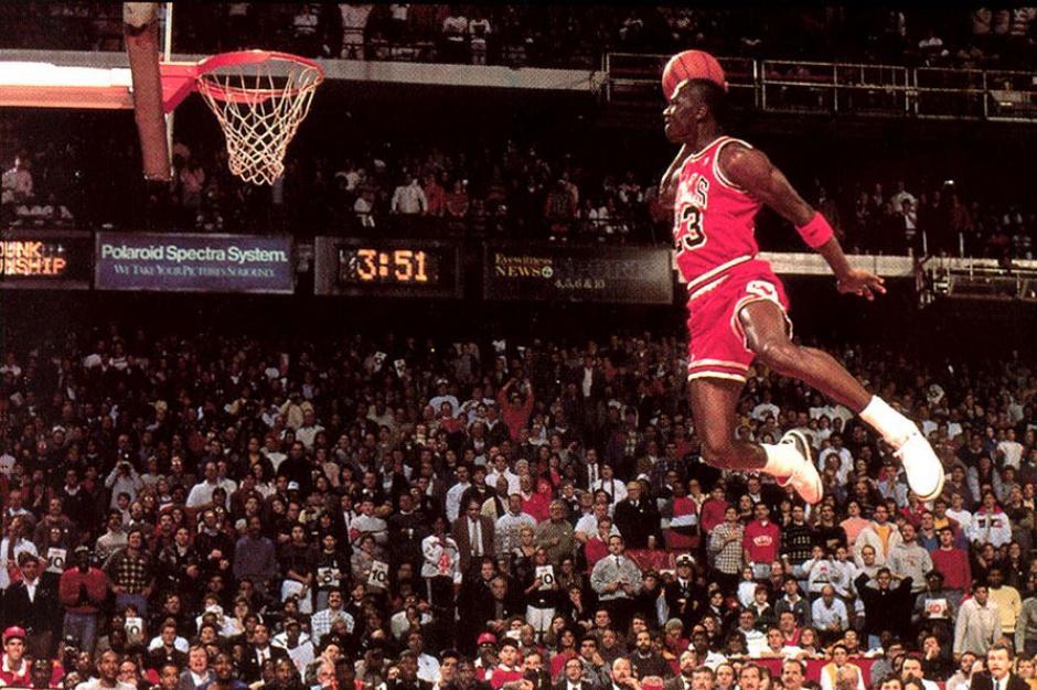 Esta imagen es una de las más recordadas de Michael Jordan haciendo que la gravedad se olvide de sus reglas.