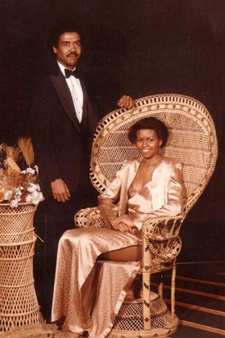 Michelle Obama se observa con el pelo corto y un vestido que permite ver una de sus piernas. (Foto: El País)