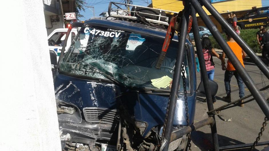 Un microbús impactó contra una parada en Ciudad Peronia, Villa Nueva. (Foto: @CBMDEPTAL)