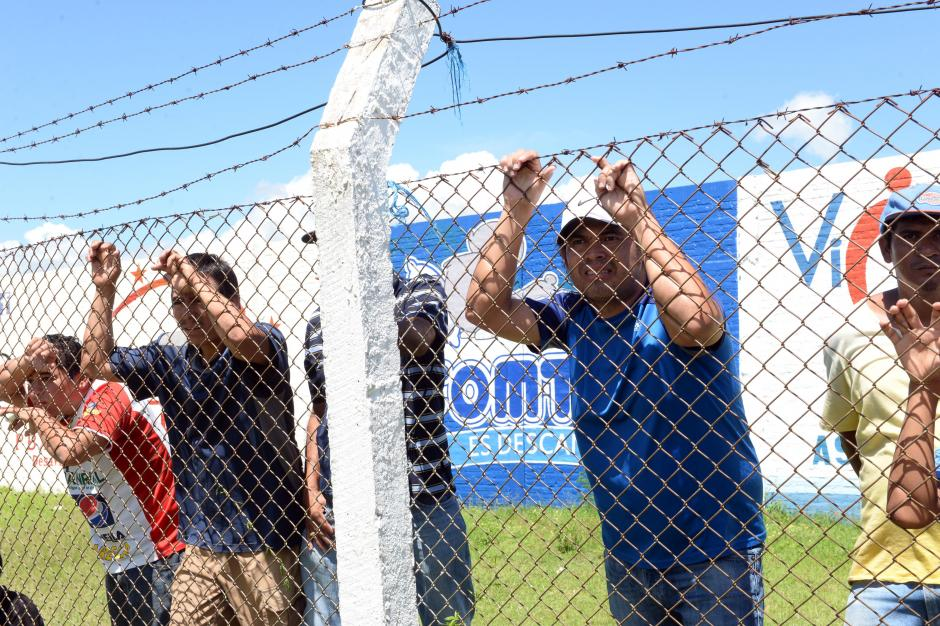 """El técnico miteco Sergio """"Chejo"""" Guevara tuvo que ver el partido detrás de la malla, por estar suspendido.(Foto: Diego Galiano/Nuestro Diario)"""