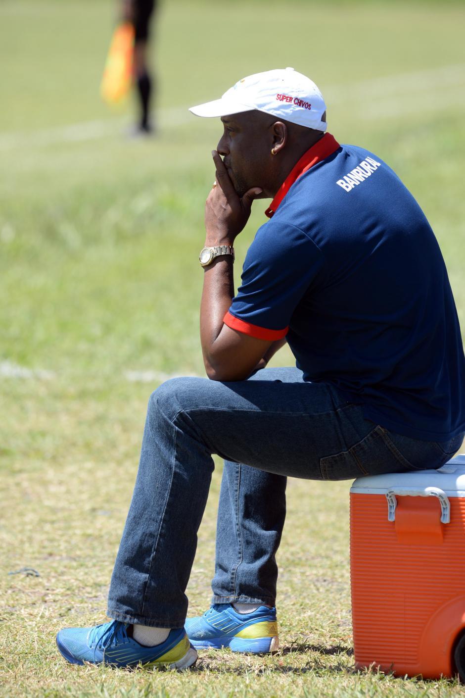 El costarricense Hernán Medford ve preocupado el partido desde su banquillo. De visita le ha costado a su equipo en los últimos juegos.(Foto: Diego Galiano/Nuestro Diario)