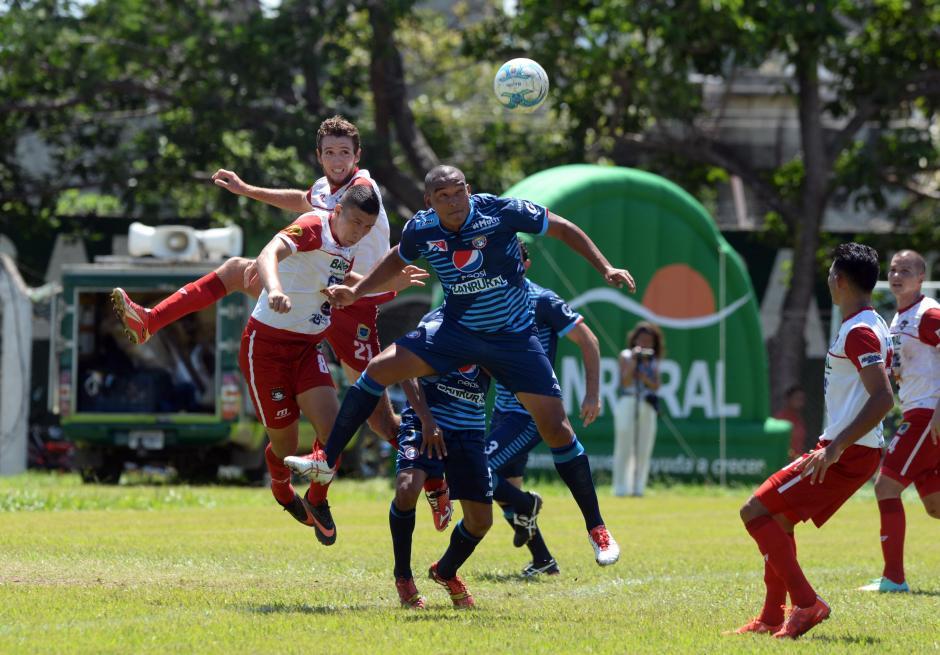 Xelajú cayó por cuarta vez en el torneo, aún así mantiene el liderato. Mientras tanto, Mictlán ganó por quinta vez en su estadio y pelea por meterse a zona de clasificación. (Foto: Diego Galiano/Nuestro Diario)