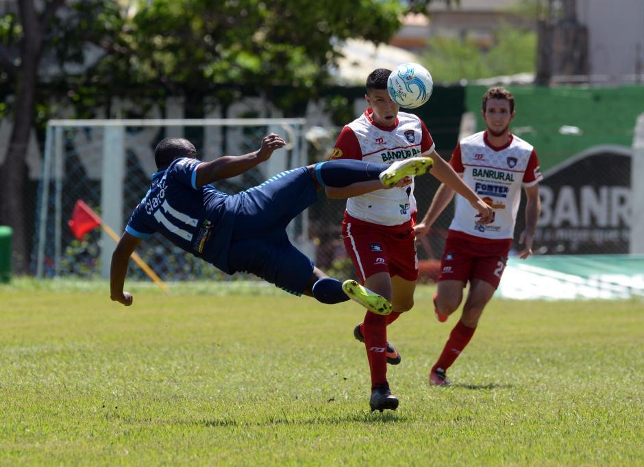 El barrioporteño Jhonny Brown intenta una media volea en el área miteca.(Foto: Diego Galiano/Nuestro Diario)