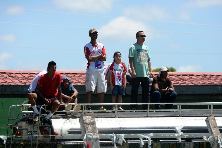 Gradas improvisadas. Desde este bus los aficionados de Mictán vieron el juego.(Foto: Diego Galiano/Nuestro Diario)