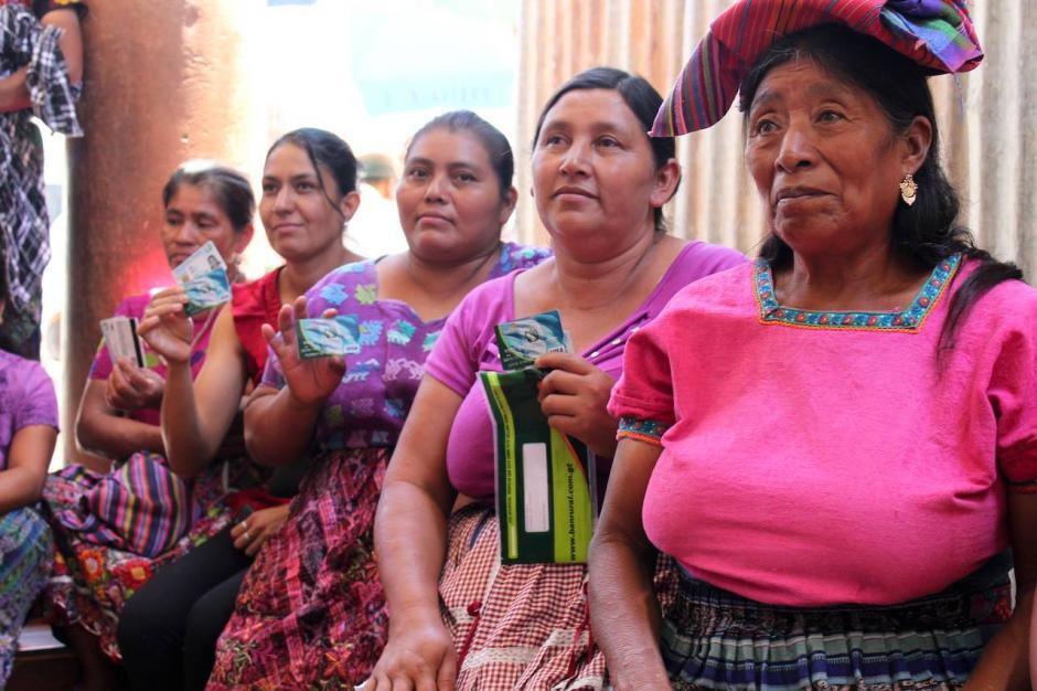 Mujeres del municipio muestran las tarjetas de débito entregadas por el Mides. (Foto: Facebook, Mides)