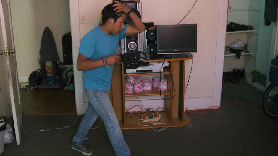 Actualmente Marcos estudia y trabaja y espera ser elegido para una visa juvenil especial.  (Foto: www.latimes.com)