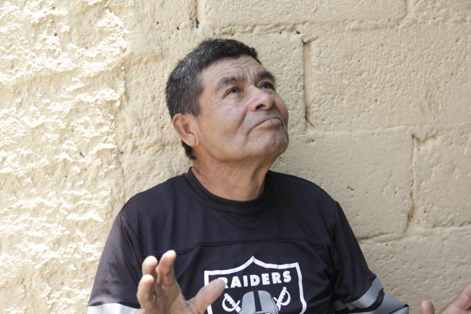 Don Miguel Ángel mira al cielo y espera la llegada de un buen samaritano para ser más independiente y ayudar a su familia. (Foto: Fredy Hernández/Soy502)