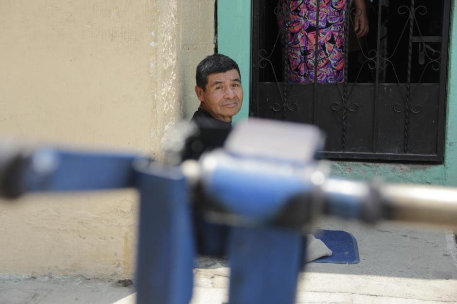 Algunas personas llegan a su casa a buscarlo para solicitarle sus servicios como lustrador de zapatos. (Foto: Fredy Hernández/Soy502)